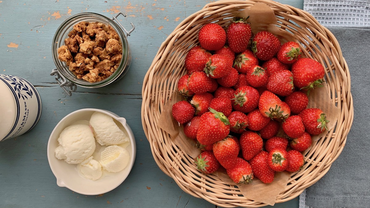 "Norske jordbær smaker utrolig godt med en god vaniljeis og knasende, sprø ""crumble""."