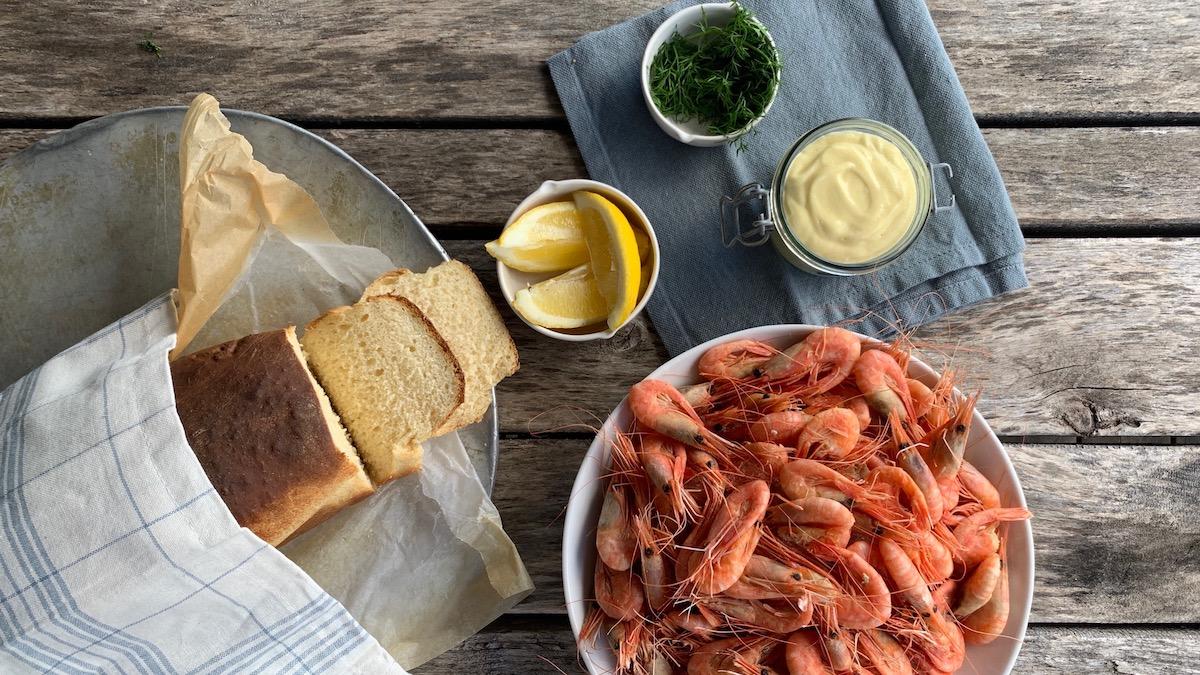 Ferske reker med loff og aioli er det ultimate sommermåltidet!