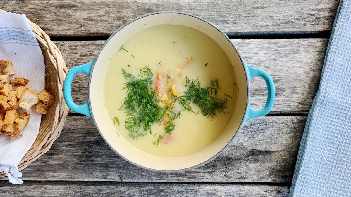 Lyst på en litt annerledes fiskesuppe? Prøv denne varianten med blant annet poteter, mais og dill!