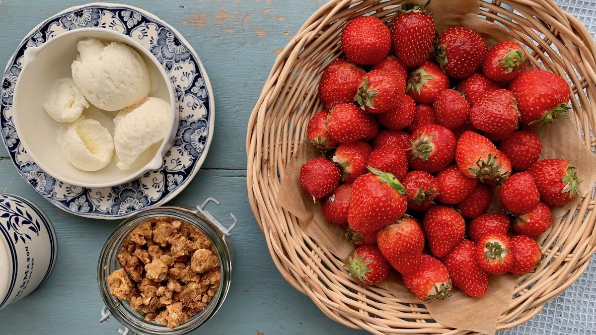 Norske jordbær smaker utrolig godt med en god vaniljeis og crumble, eller kjekssmuler, som det egentlig er.
