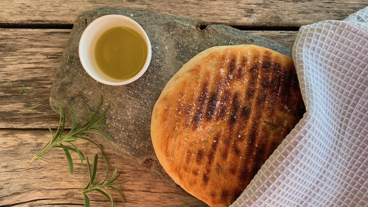 Lag en focaccia-lignende deig som du legger rett på en glovarm bakestein på grillen. Resultatet blir små, utrolig gode brød som egner seg like godt som rundstykker som pølsebrød.