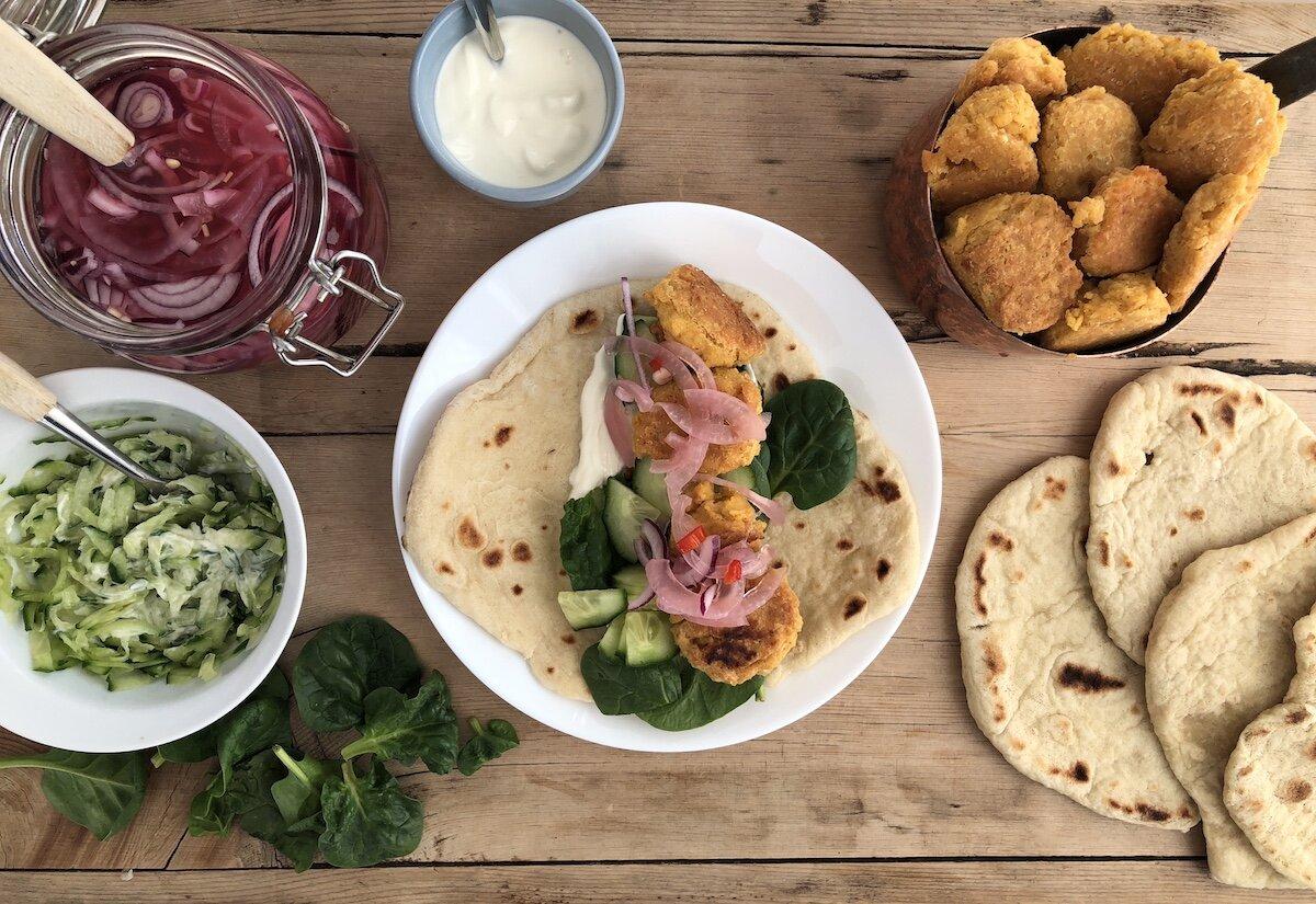 Server falafel med tzatziki og syltet rødløk til de voksne, og oppkuttet agurk og rømme til de små!
