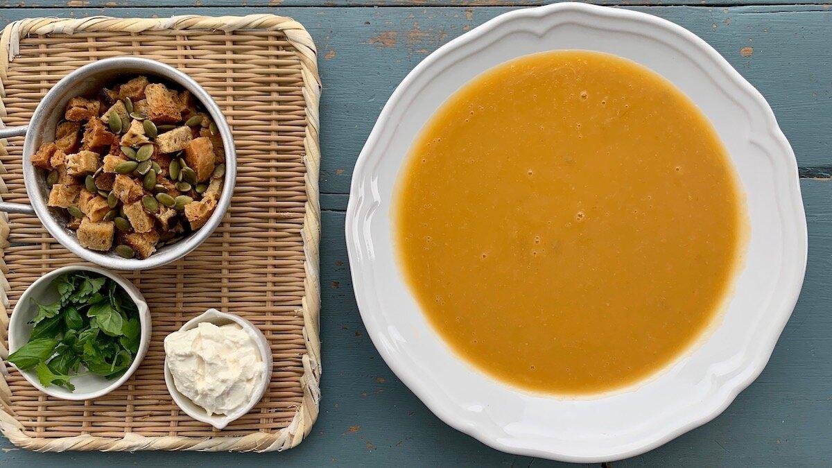 Gresskarsuppe smaker nydelig med hjemmelagde krutonger og ristede gresskarkjerner.