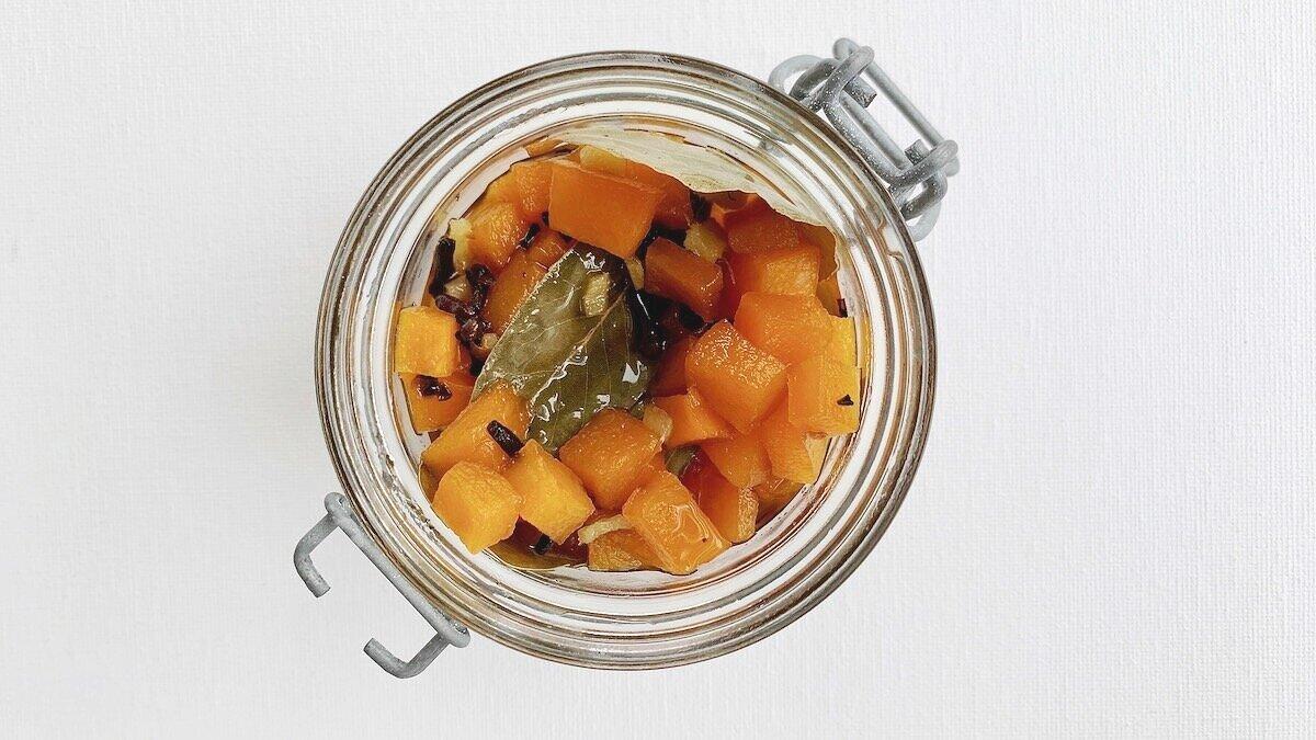 Syltet gresskar, eller gresskarpickles, holder seg lenge på glass og passer godt til både ost, kjøtt, fiskesuppe og grillet fisk