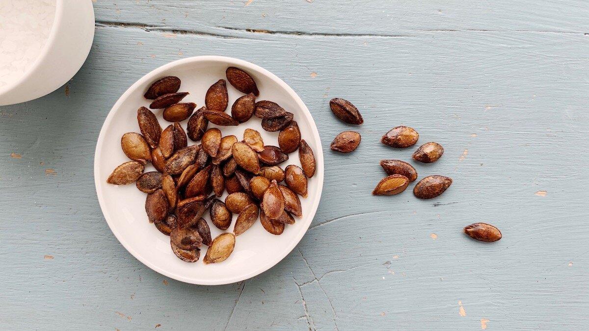 Gresskarkjerner kan ristes i enten stekepanne eller i ovnen og enkelt forvandles til sprø og smakfull garnityr.