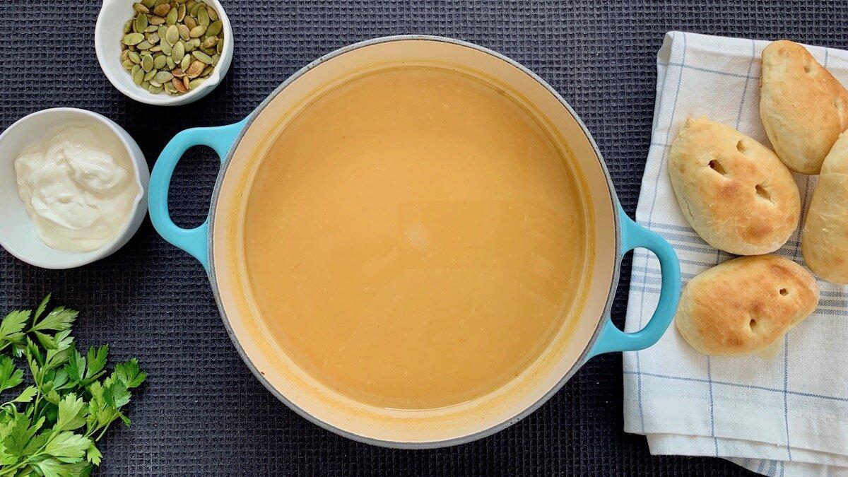 Her har du oppskriften på en fantastisk god suppe som ikke innebærer noe som helst kutting. Grønnsakene bakes enkelt og greit i ovnen helt til de er så møre at du kan bruke en skje for å få med alt det gode kjøttet. Resultatet er at suppen får en nydelig sødme, og du slipper unna med å kun bruke stavmikseren for å røre det hele sammen til slutt.