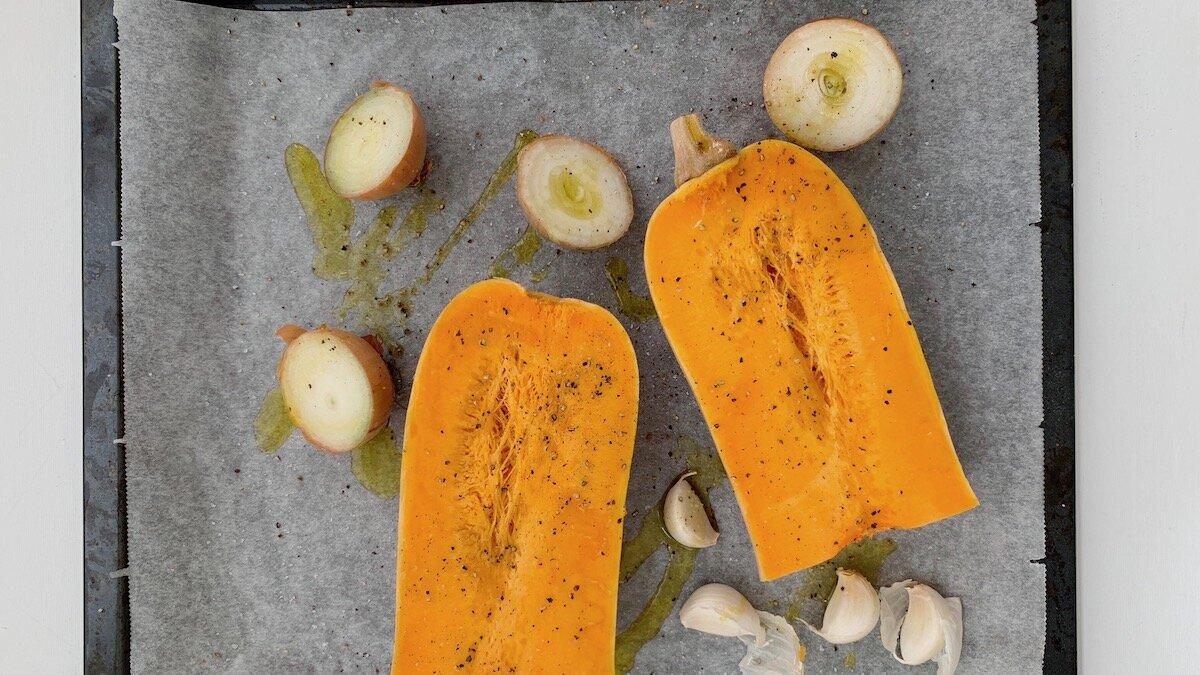 Når du ovnsbaker grønnsakene slik vi gjør i denne oppskriften legger du enkelt og greit alle grønnsakene i ovnen med skallet på og lar varmen gjøre jobben, slik at alt du trenger å gjøre er å bruke en skje for å skrape ut alt kjøttet når de er ferdig