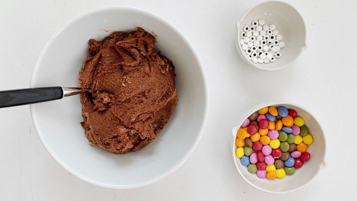 En god kjeksdeig, spiselige øyne og sjokoladelinser er alt som trengs for å lage monsterkjeks!