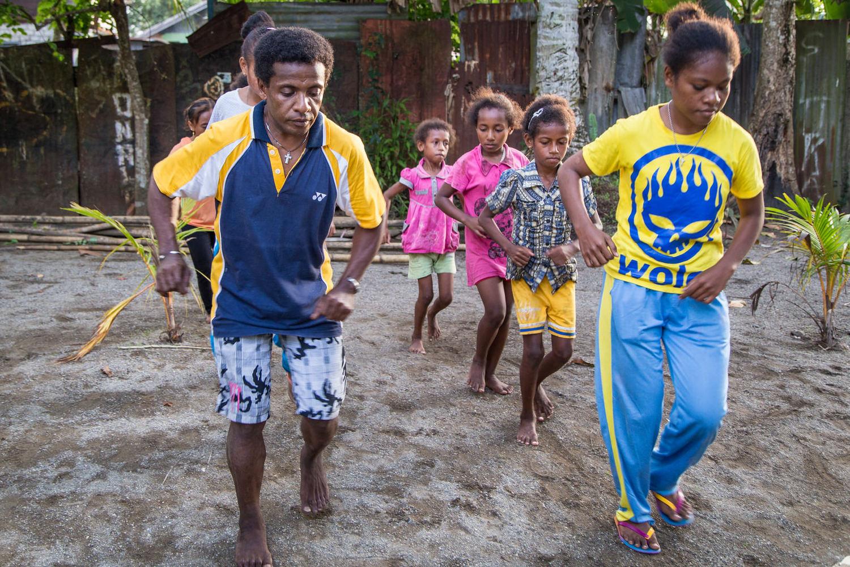 Yosua mengajar satu tarian rutin baru pada sekelompok anak-anak di lingkungan tetangga.