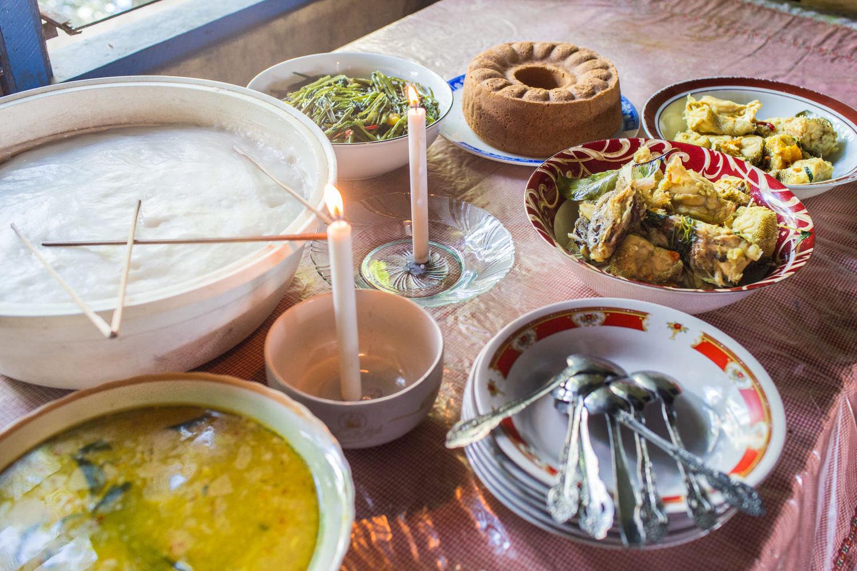 Telah disiapkan oleh Yosua untuk keluarganya, sebuah meja penuh dengan makanan lezat yang ia masak dengan menggunakan resep buatannya.