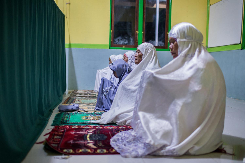 Setiap pagi sebelum matahari terbit, Rini selalu sholat Subuh bersama ibu dan neneknya di masjid terdekat.