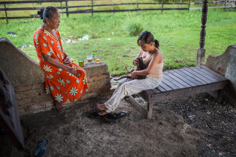 Selama sarapan, Reni selalu menghabiskan waktu untuk bercakap-cakap dengan neneknya dan kucing peliharaannya.