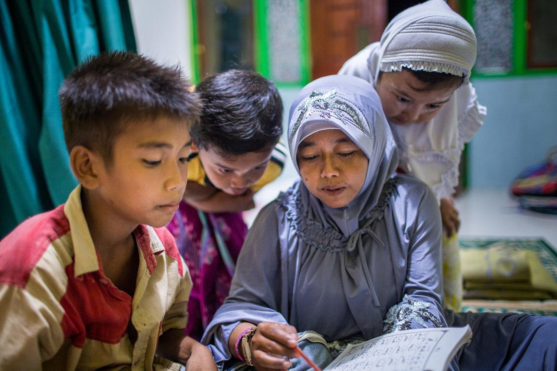 Reni menjadi seorang relawan yang mengajarkan anak-anak kecil di desanya untuk belajar membaca Quran.
