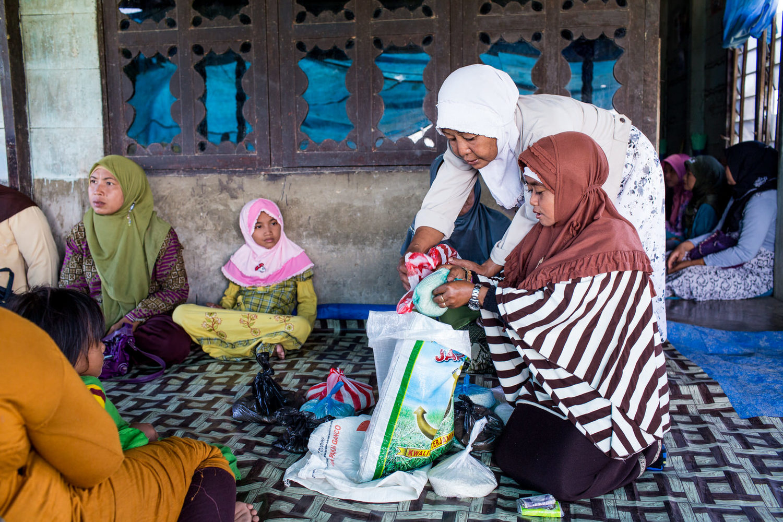 Reni berpartisipasi di dalam kelompok doa dengan ibu rumah tangga di kampungnya. Mereka membawa beras ke rumahnya. Meskipun dengan statusnya Reni tidak dikucilkan dari pertemuan itu.