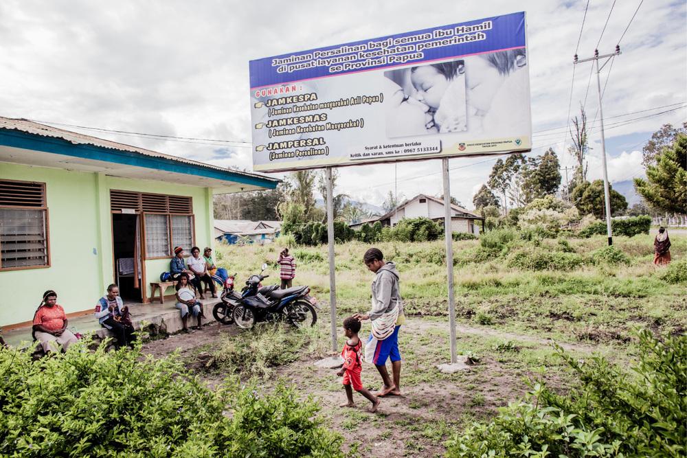 Seorang ibu membawa anaknya ke sebuah klinik kesehatan di Wamena.