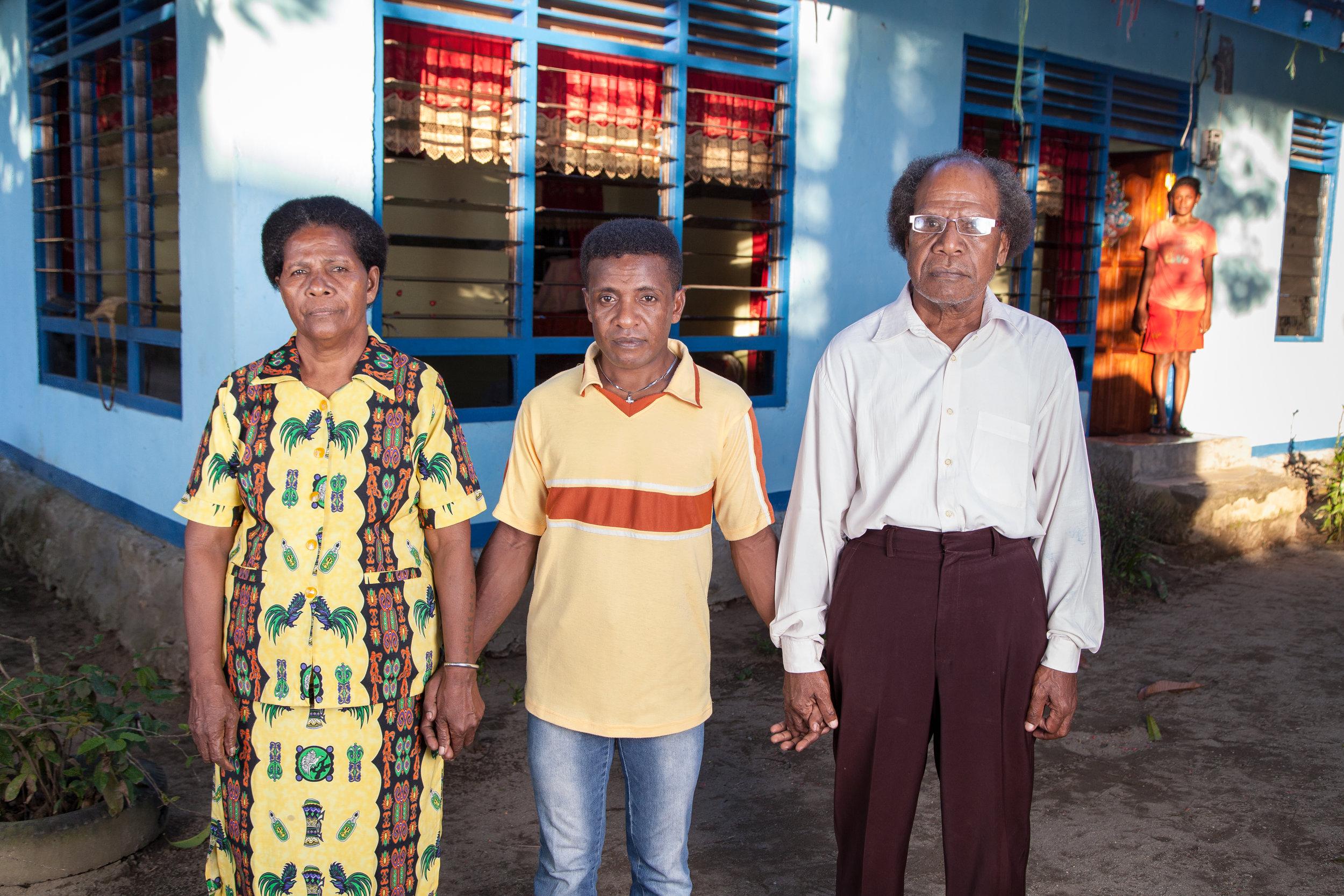 Foto portrait Yosua bersama orangtuanya yang selalu mendukungnya