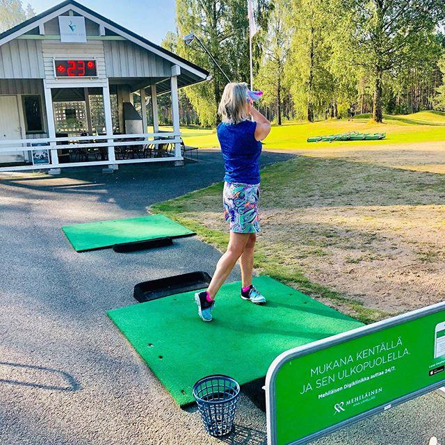 Kyllä kelpaa golfata Suomessa Aamu kasilta jo 23astetta☀️🇫🇮🏌️♀️ #golf #golfinfinland #golflife #golfgirl #summerhobby #callaway #srixon #titleist #mizuno #vierumäki #vierumäkiclassic