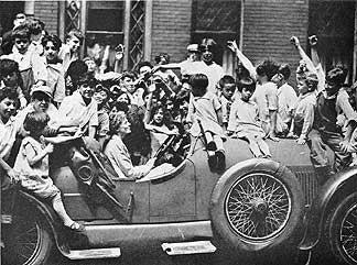 """Amelia Earhart und ihr Kissel Speedster von 1923, auch """"Goldkäfer"""" genannt. Foto freundlicherweise vom Verkehrsmuseum Forney zur Verfügung gestellt."""