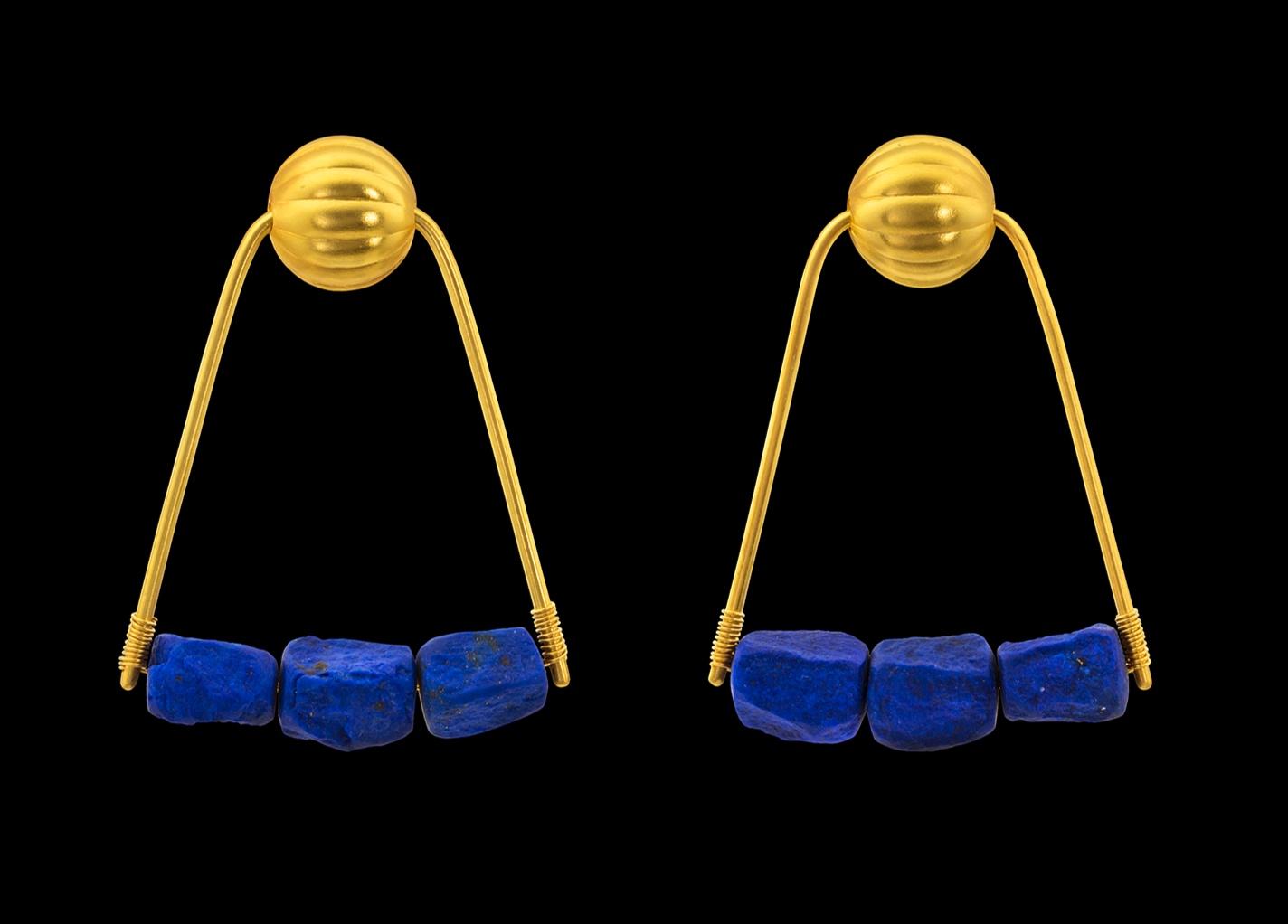 21ST DYNASTY EAR ORNAMENT 22k yellow gold, lapis