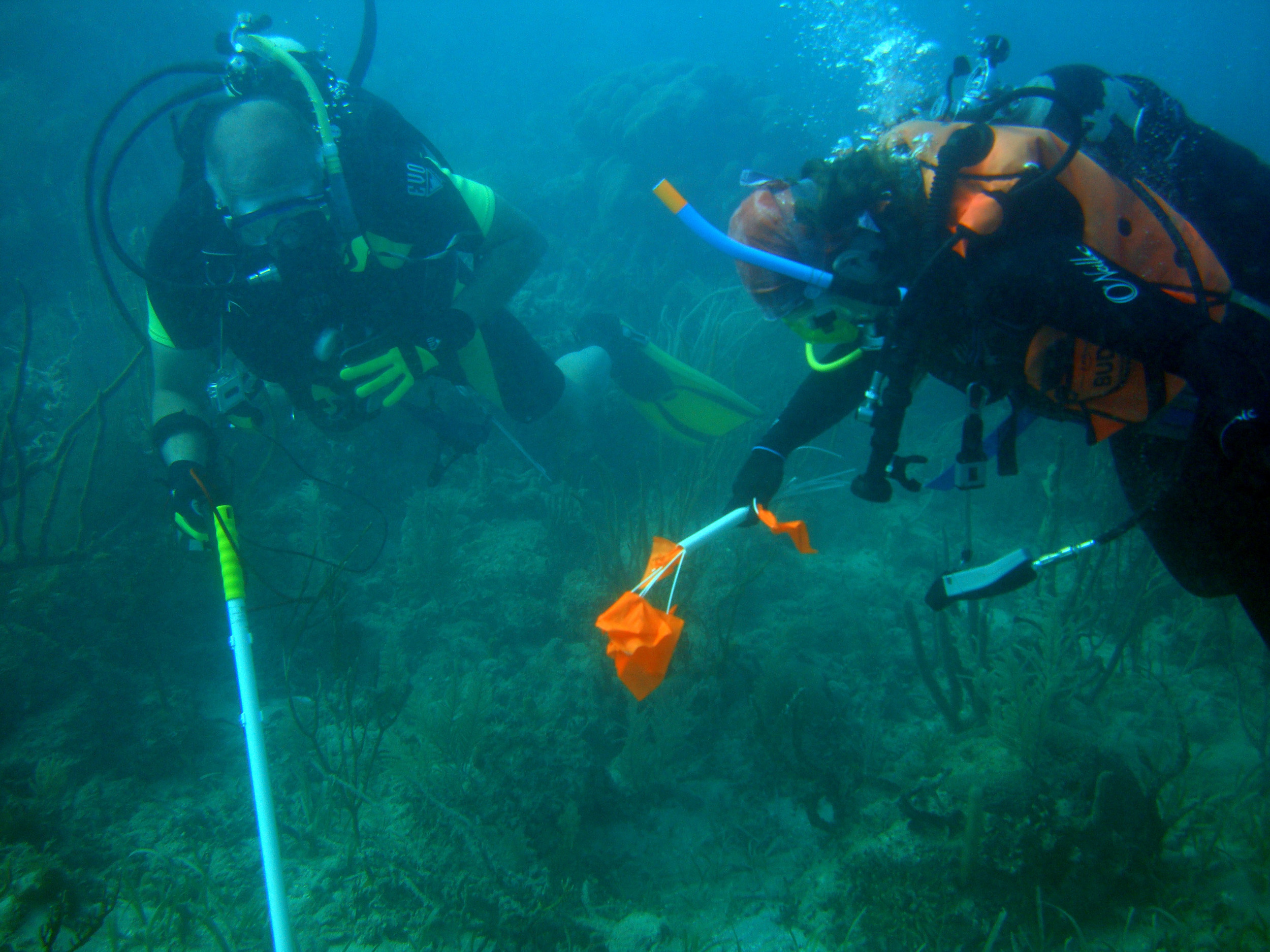 Raimund and Nikki using the DX200 by El Morro in Monte Cristi Bay