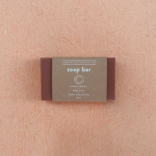 Rose Geranium + Sandalwood + Red Clay Soap Bar from @CourtneyandtheBabes 🌸 This lovely bar lathers beautifully, draws out impurities, smells fresh, leaves skin smooth and soft.