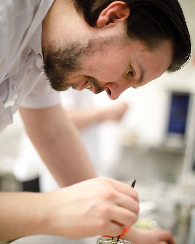"""Vi har nu fått våra tävlingsdagar inför Culinary Olympics 2020. Vi tävlar i den nya tävlingsgrenen """"Chefs Table"""" där vi ska laga upp en ätbar buffé till 12 gäster på 5 timmar den 15/2 och det """"Varma Köket"""" där vi ska laga en 3-rätters till 110 gäster på 6 timmar den 17/2. En lottning vi är mycket nöjda med. Foto av Per-Erik Berglund Znapshot AB"""