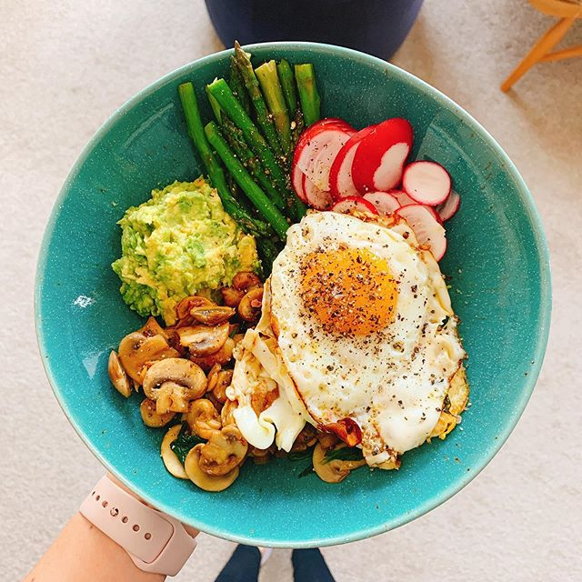 Brunch at Casa Anna. Come one, come all, for a weekend bowl! There is nothing better than tamari and garlic mushrooms 😍 so very delicious. . . . Just sauté those mushies right down and add a splosh of tamari at the end. If you're going wild, you could also add a dash of sesame oil and sprinkle the bowl with sesame seeds. I was obviously feeling tame that day 😉