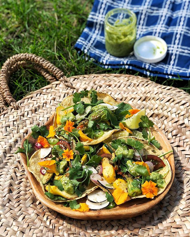 I love making tacos on farmers' market days! I just lightly sauté my fresh veggies with some spices and add whatever else I've got! Today is sautéed baby zucchini with zucchini blossoms, the first heirloom tomatoes of the season, black radish, arugula, cilantro, spring onion and a little avocado-cilantro-serrano-garlic-lime dressing. Local tortillas ❤️.