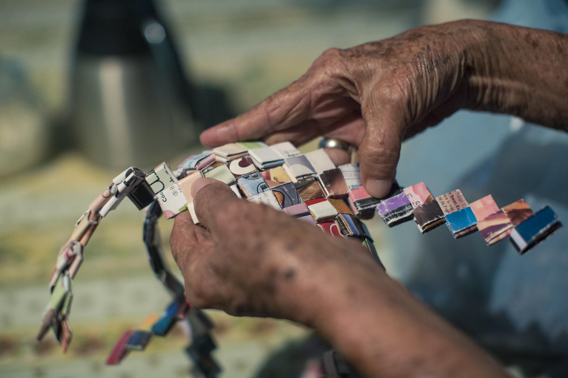 Por la falta de empleo, para algunas mujeres Briceño las manualidades han llegado a ser una forma más de ingreso para sus familias.