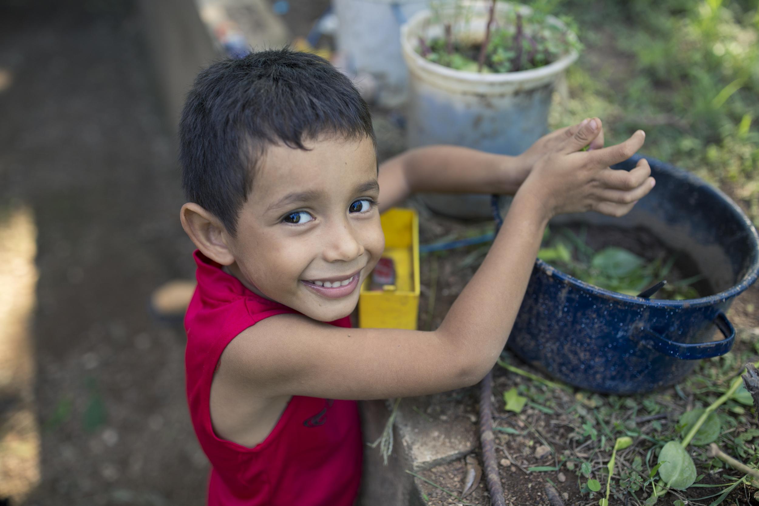 Nieto de doña Zeneida, Aren Josué, de 4 años, juega en la espera de conocer a su nueva hermana.