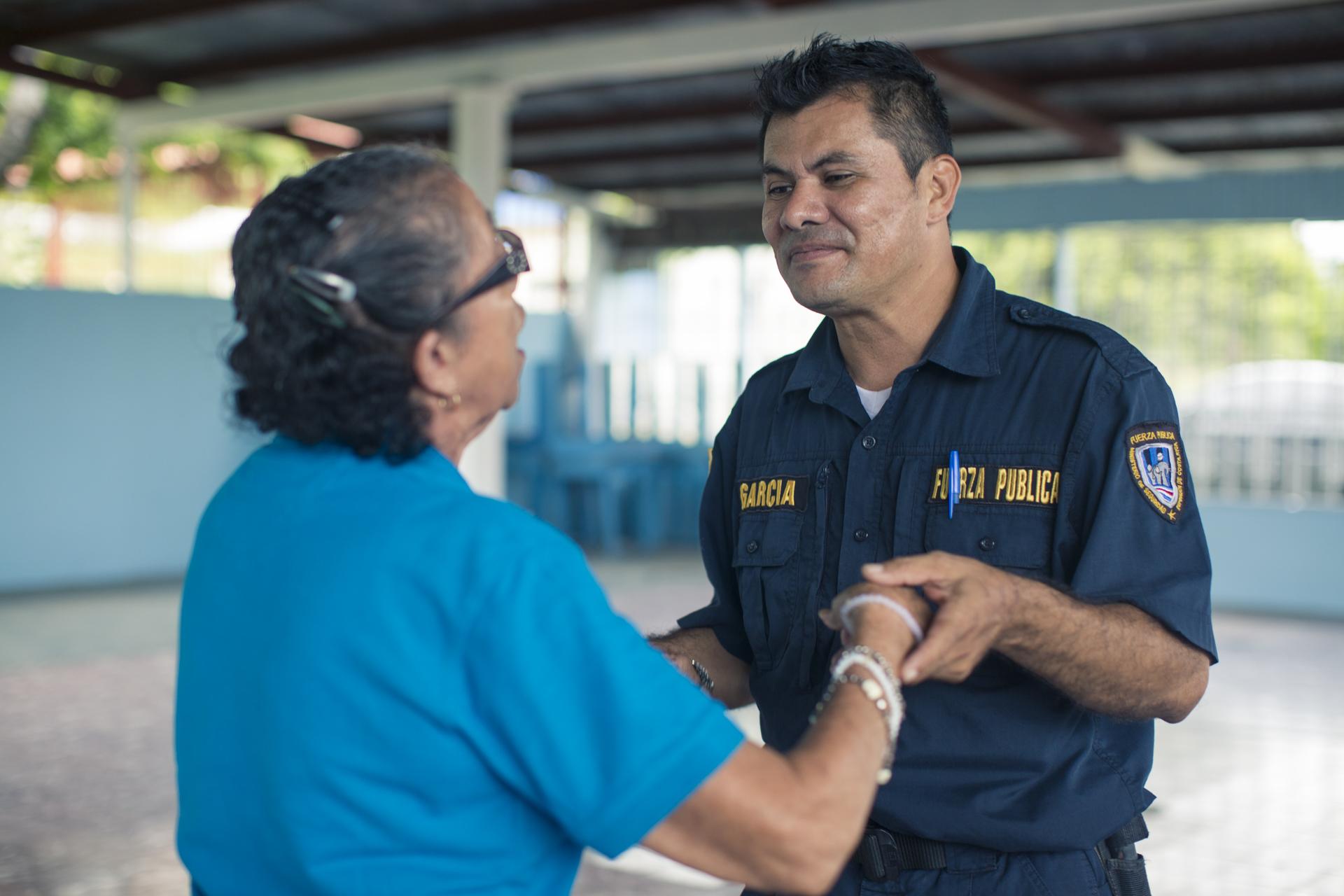 Don Denis García visita la comunidad de Quebrada Honda a formar parte de las actividades que se hacen con el Grupo de Adultos Mayores.