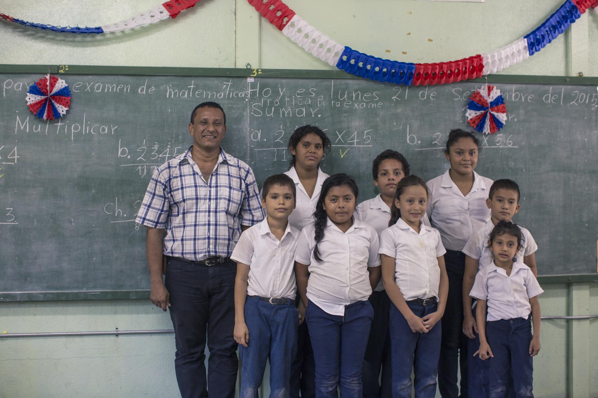 Don Carlos Viales le imparte clases a 9 estudiantes de la comunidad de Puerto Moreno.