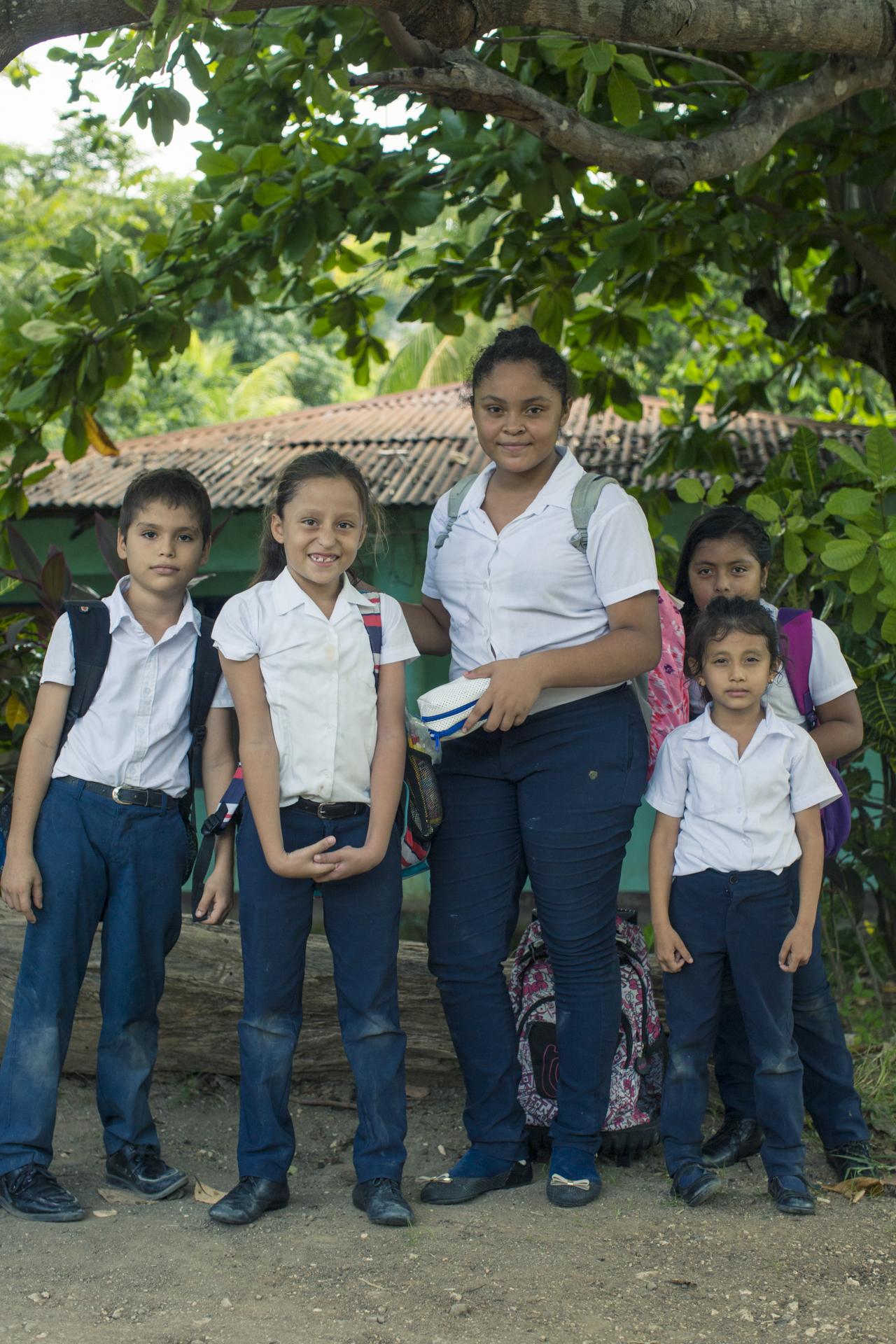 Keysel con sus compañeros de escuela en Puerto Moreno.