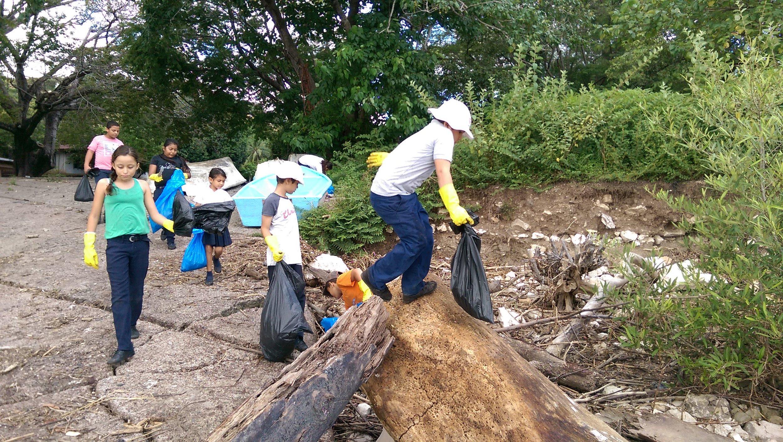 Dos veces al año, los estudiantes de la Escuela de Puerto Moreno limpian su comunidad. (Foto de la Red del Golfo)