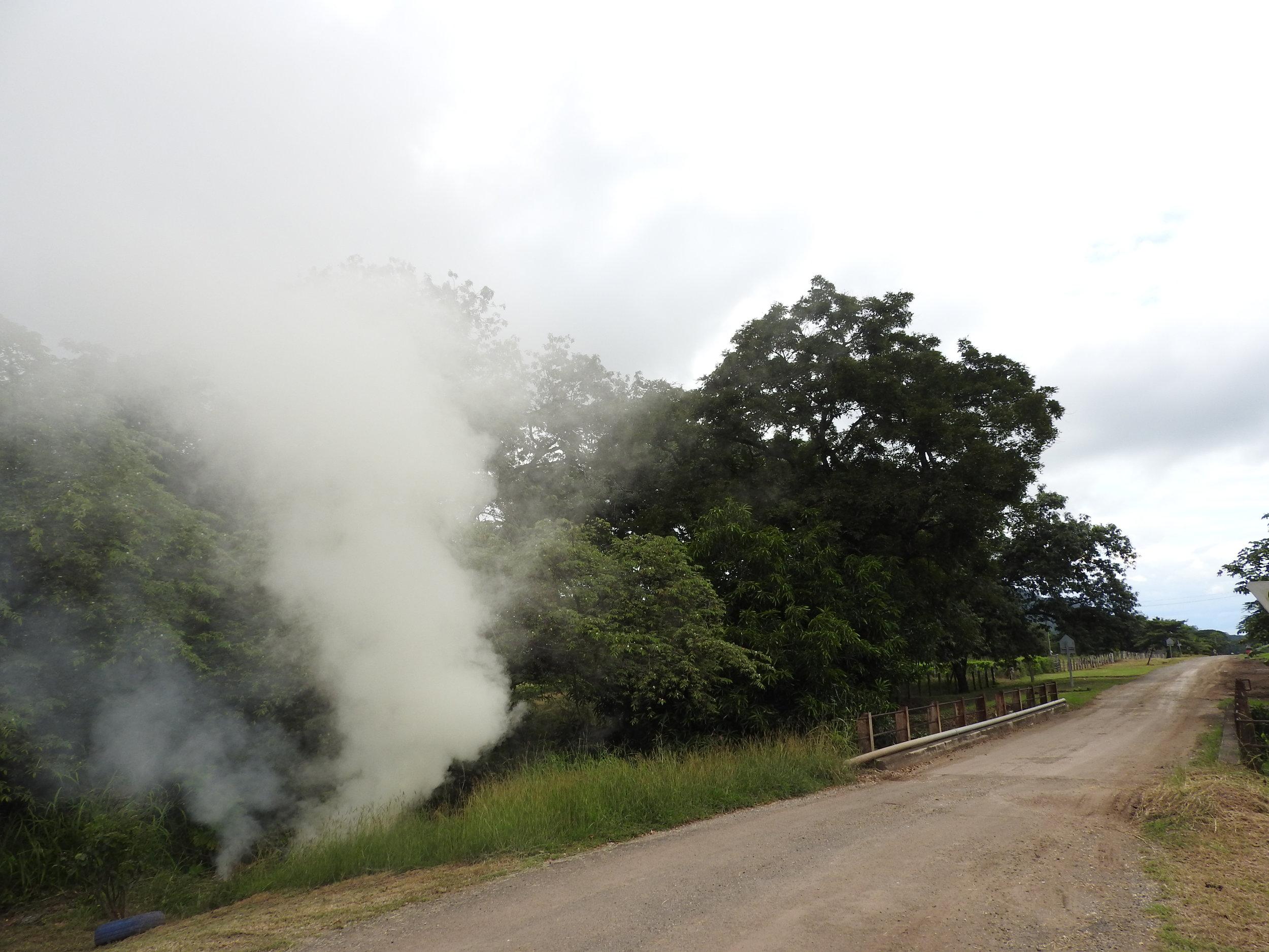 Es normal ver quemas de desechos en Quebrada Honda, como esta en la entrada a la comunidad. (Imagen de la Red del Golfo)