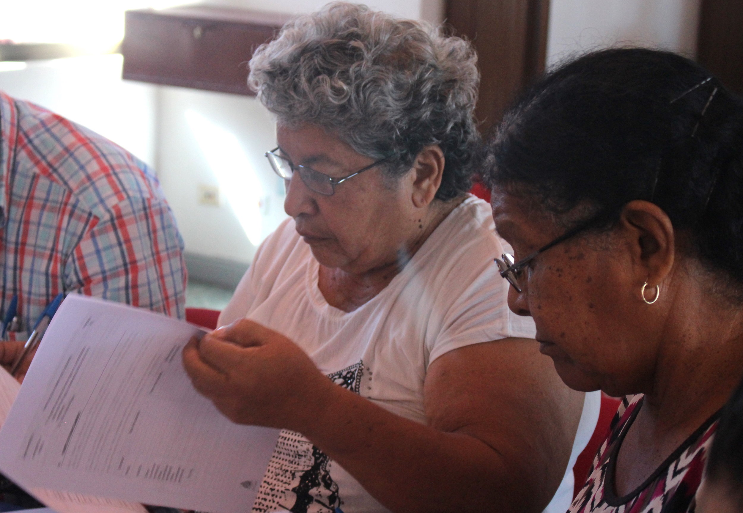 Consuelo Orias y Marta Beatriz García, de la Asada de Copal, participaron en el taller del PNUD. (Imagen de la Red del Golfo)