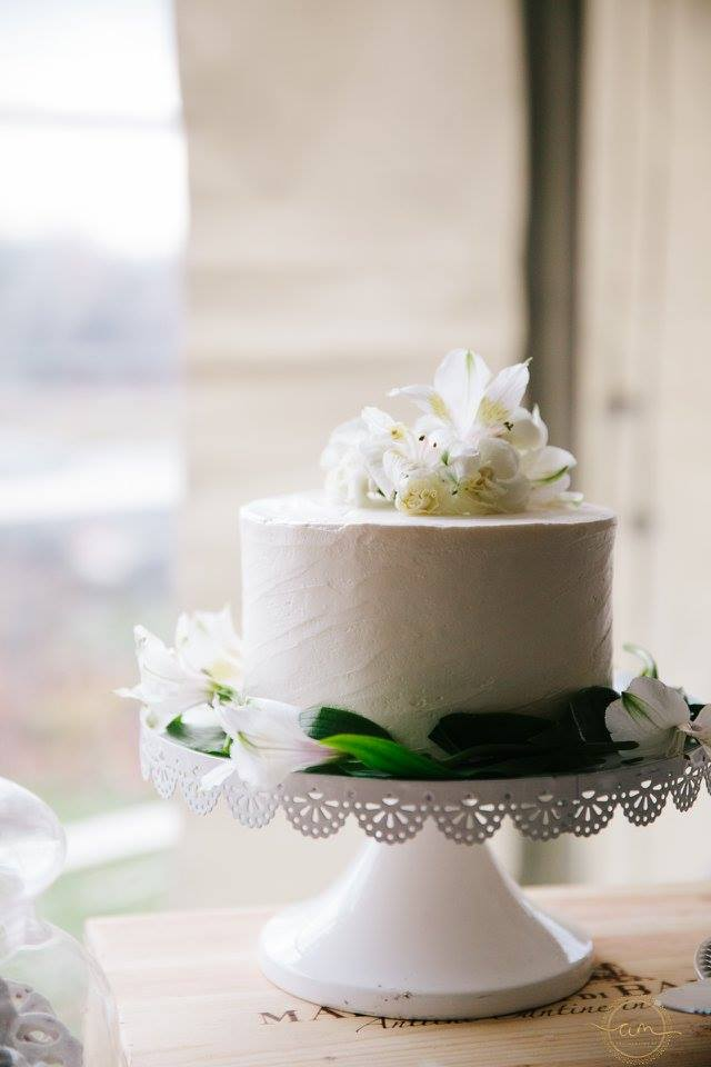 Simple white cake | Top tier bakery