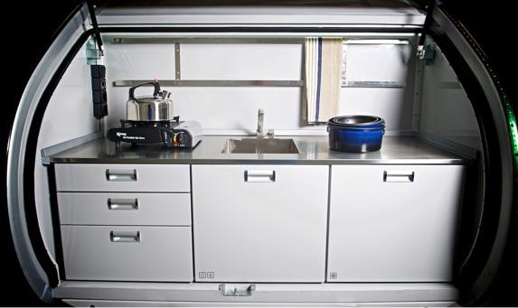 Bak på Hero Camper finner man et fullutstyrt kjøkken i rustfritt stål.