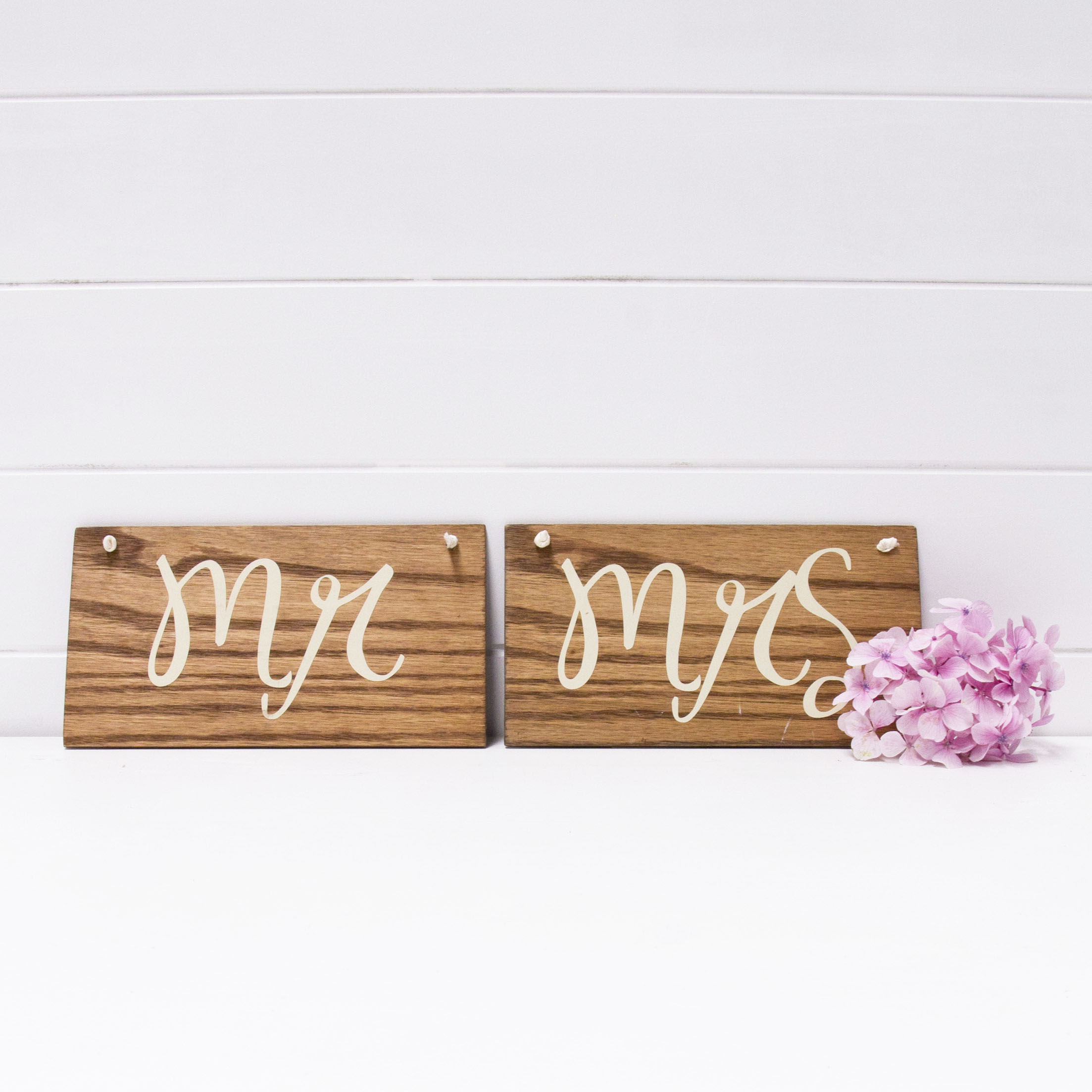 WOODEN MR AND MRS SIGN QTY: 1