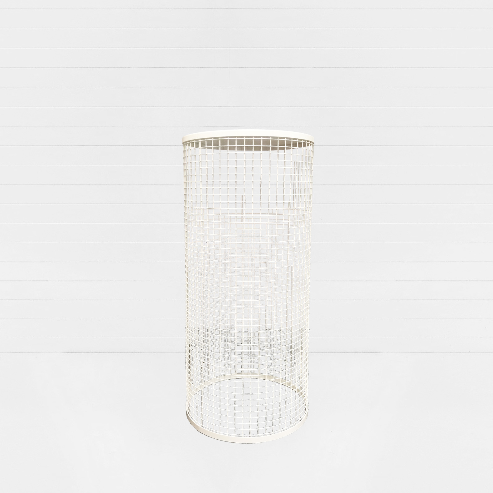 WHITE WIRE CYLINDER PLINTH SMALL