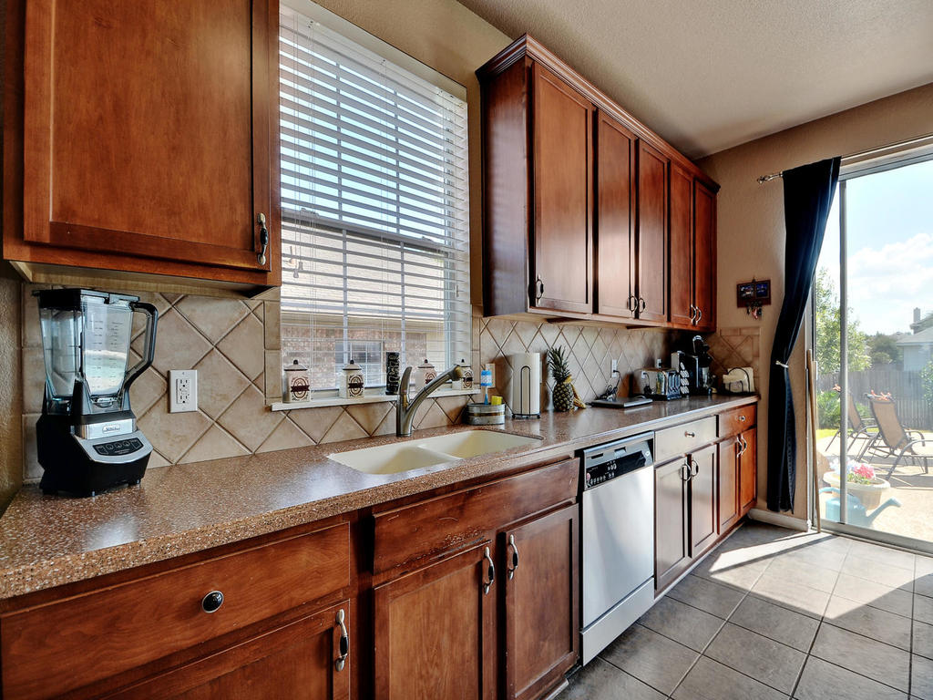 145 Covent Dr-MLS_Size-016-28-Kitchen and Breakfast 004-1024x768-72dpi.jpg