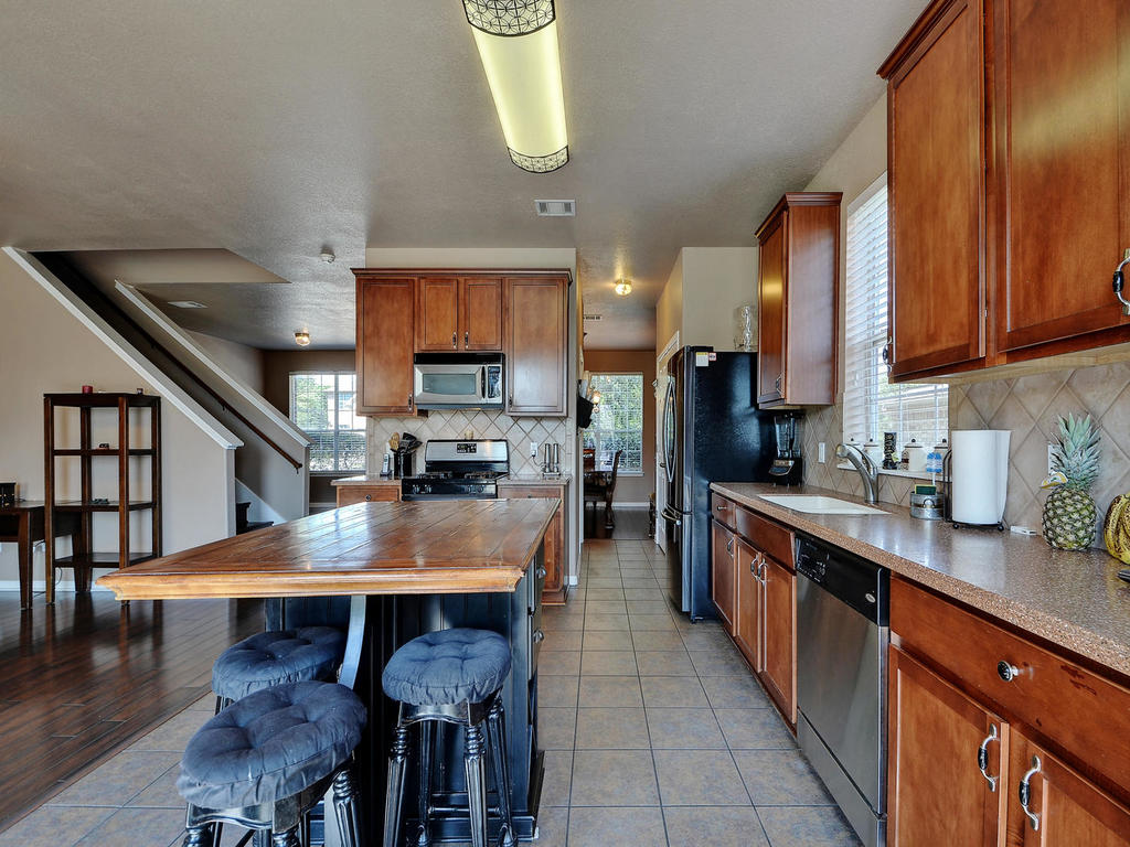 145 Covent Dr-MLS_Size-015-27-Kitchen and Breakfast 003-1024x768-72dpi.jpg