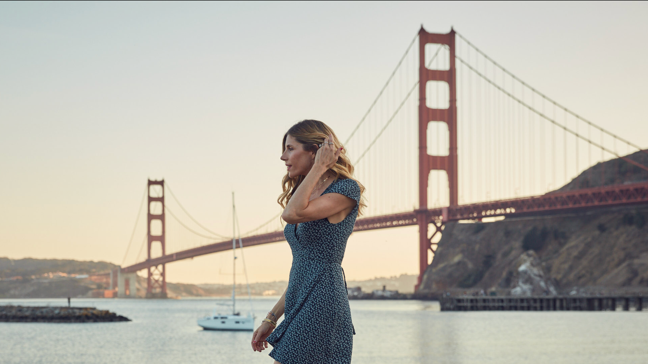 wellness influencer, Inspirational Addict Blogger Andrea Bogart at the Golden Gate Bridge with Photographer Erik Almas
