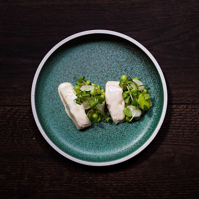Helleflynder med asparges, ærter og citron. #ffaarhus #casualeatingsocialdrinking #havnensfiskehus #latenightdining #fisk #aarhus #aarhusrestaurant