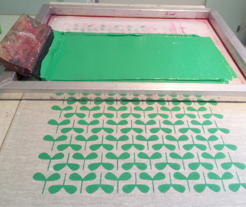 Screen printing using a stencil