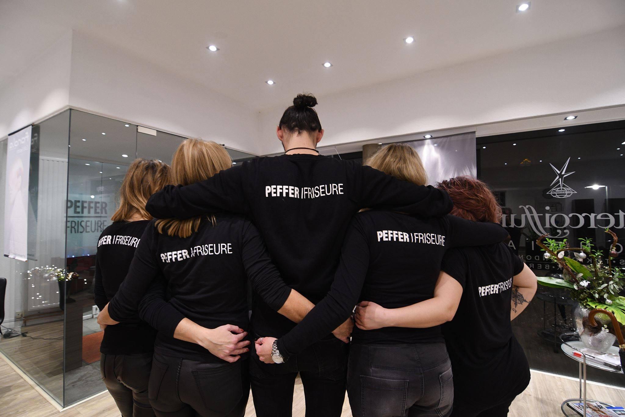 """""""Einer für alle - alle für einen"""" Es läuft bei den Peffer Boys & Girls in Solingen  https://www.facebook.com/Petra-Peffer-Friseure-146535155482571/ Vor kurzem erfolgte die Aufnahme in die Vereinigung der Intercoiffure, das Team wurde verstärkt, in Kürze startet das nächste Fotoshooting, die Website wird modifiziert, die Stimmung im Team ist phänomenal und alle sind hochmotiviert! Geht doch!"""