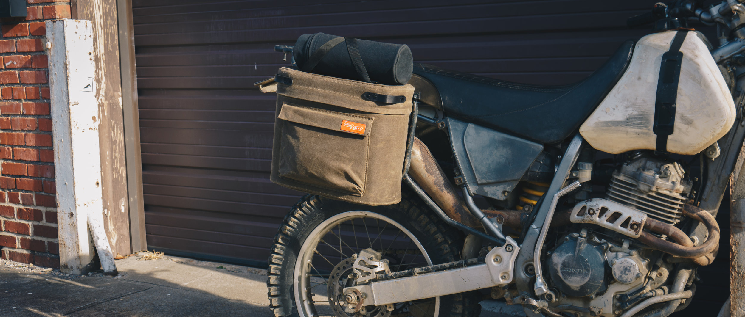 Mounts easily to our saddlebag using the gear/handle cinch (included with saddlebag).