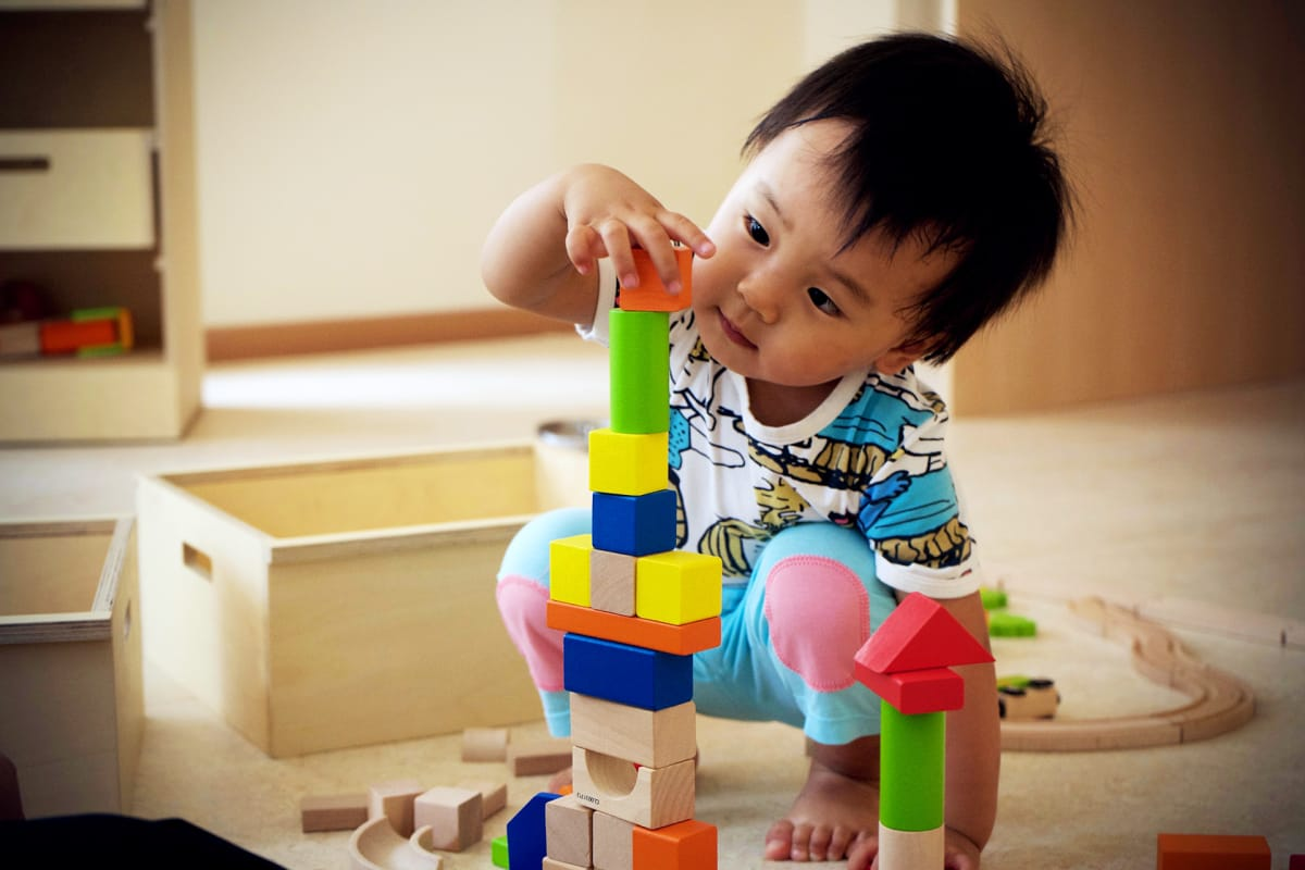 Zilin Liu, one year and 10 months is able to stack, build and play. Picture:  Matti Hämäläinen / Yle