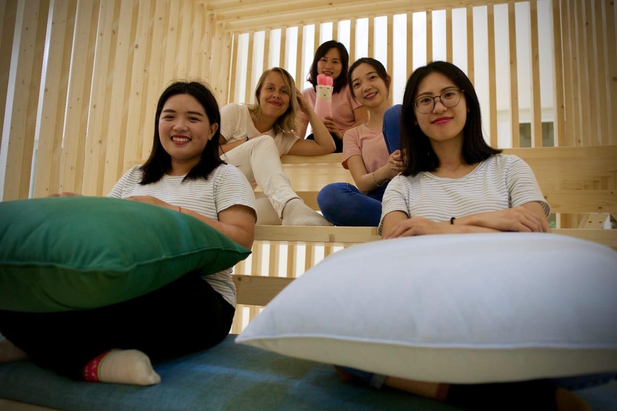Guangzhou Finnish kindergarten teachers: Lucy Lu left front and Micky Chan right front, Tiia Sääksjärvi and Vicky Lo middle row and top is Lisa Ding. Picture:  Matti Hämäläinen / Yle