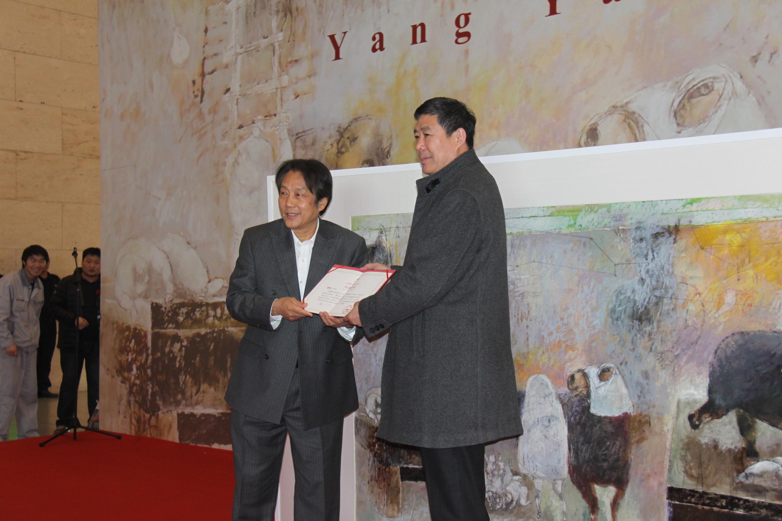 杨扬山东美术馆画展-山东美术馆馆长王建国先生向杨扬颁发收藏证书和荣誉证书.JPG